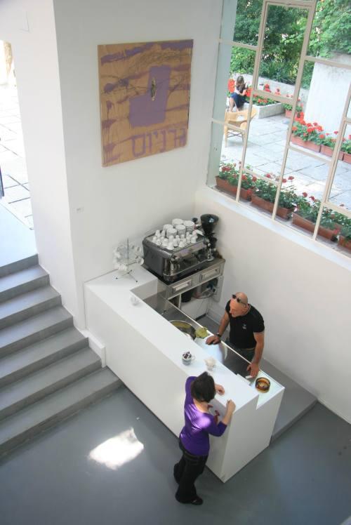 הביתן הישראלי. פינת קפה וגרניום סגול